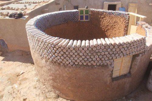"""""""EL LOCO DE LAS BOTELLAS"""" el constructor de casas con botellas de plástico que hace la vida más fácil a los refugiados saharauis"""